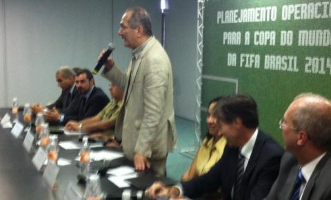 Carlos Mello apresenta evento da Copa do Mundo 2014